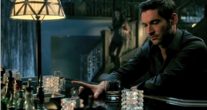 Tom Ellis como Lucifer Morningstar em Lucifer