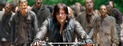 Daryl Dixon fugindo de zumbis em The Walking Dead