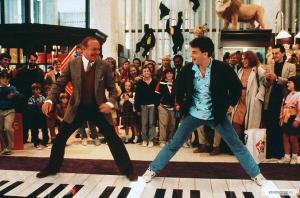 Robert Loggia e Tom Hanks em cena marcante de Quero ser Grande.