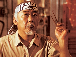 Pat Morita como Sr. Miyagi, Karatê Kid.